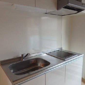 キッチンはIH2口のすっきりデザイン