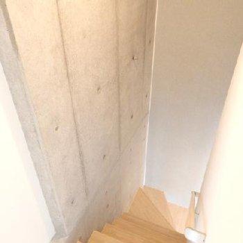 階段の壁はコンクリ打ちっぱなし。