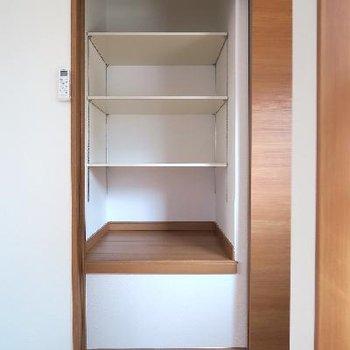 寝室の収納、こちらは棚になっています。