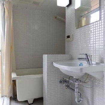 白のタイルが可愛い浴室