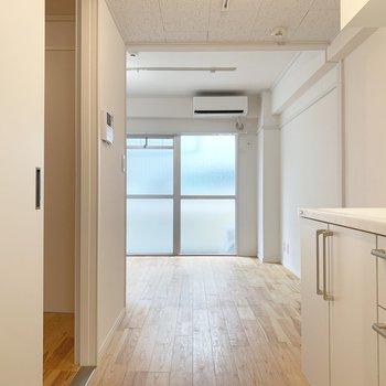 キッチンからお部屋を見ると、無垢床の広がりを感じられます…