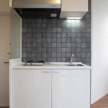キッチンのタイル部分がかわいらしい。2口ガスコンロ※写真は2階の同間取りです