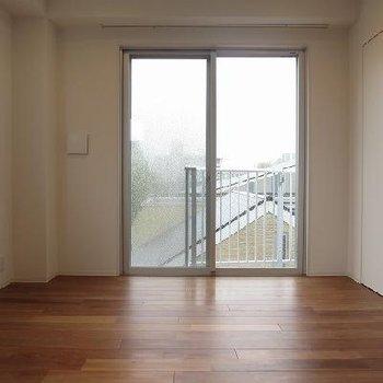 床は無垢材で気持ちいい※写真は2階の同間取りです