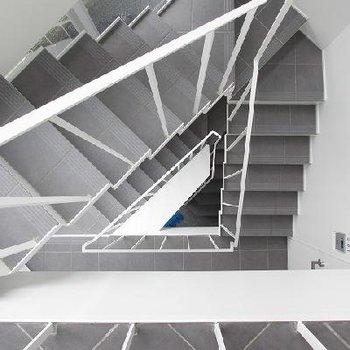 共有部の階段。ぐるぐる…