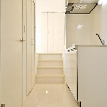 あの階段を登るとお部屋ですよ!