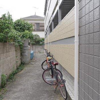 駐輪スペースは屋根なしだけど広々