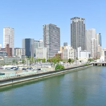 右手には梅田の街です