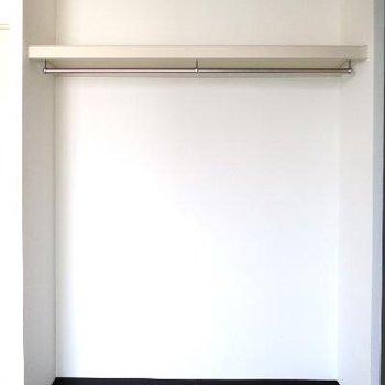 シンプルで素材にこだわったカーテンで目隠しを。