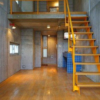 階段とキッチンの色が良いアクセント♪