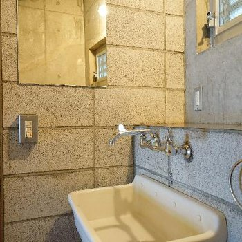 4階部に洗面台。無骨!