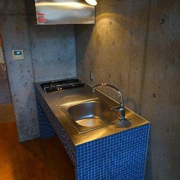 キッチンはかっこいいブルーのタイル!