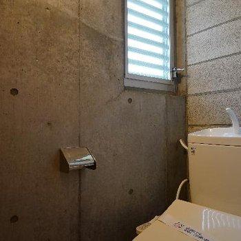 トイレはウォシュレットつきの窓も○