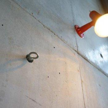 壁の穴にはフックが設置できます!