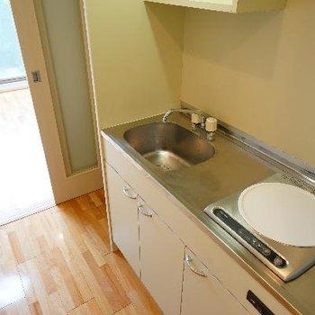 キッチンはIH1口とコンパクト。