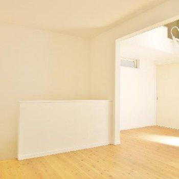 無垢材の床と自然素材の漆喰壁の超自然派!