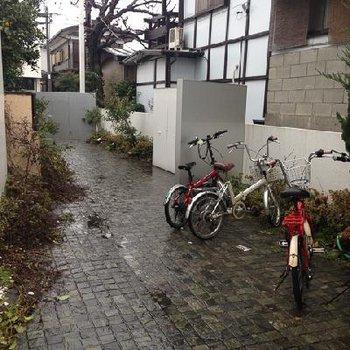 中庭その2、左手奥にあるのがオートロックのゲートです。