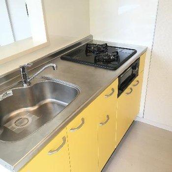 キッチンはグリル付き。黄色がアクセントになっていて可愛いですね♪