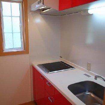 赤いシステムキッチン!おいしいものができそうです!※写真は別室です