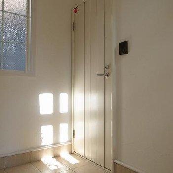 玄関の扉はホワイト。※写真は別室です