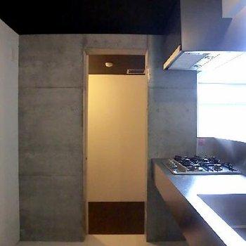 こちらキッチン。奥はWIC。ストックルームとしても。使い方自由自在。