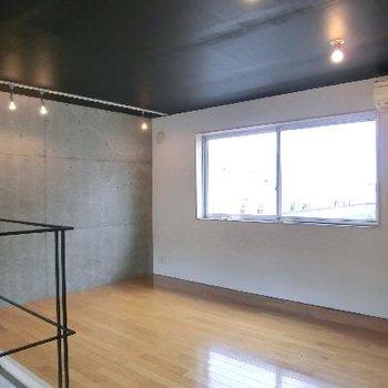 上階も10帖越えの広さ!!窓も大きく、開放的。