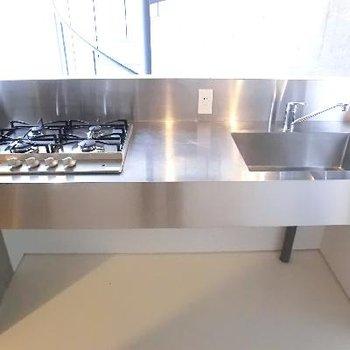 4口コンロ!ステンレス製キッチンがここまで似合うお部屋は初めてです!