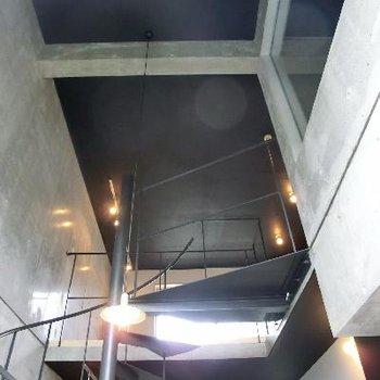 こ~んなに天井が高い。2階に行くのが楽しみ。