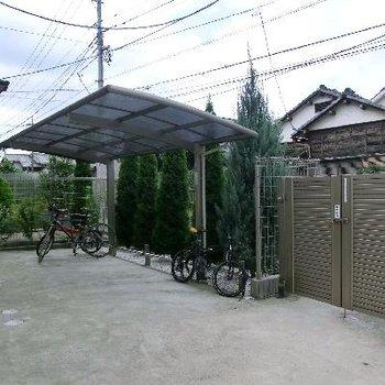 自転車置き場も屋根付き、敷地内。嬉しいです。