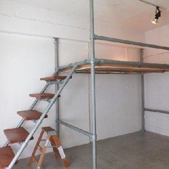 ロフトの下が収納スペースになっております