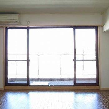 なんといって窓が大きいのが嬉しいですね! ※写真は別部屋