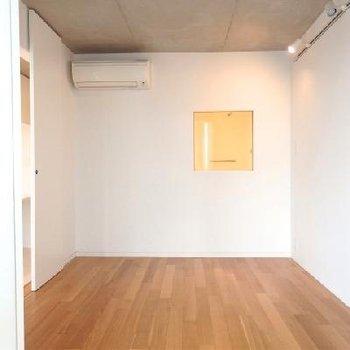 真っ白の壁に落ち着いた茶色の床が映えますね。※写真は別部屋