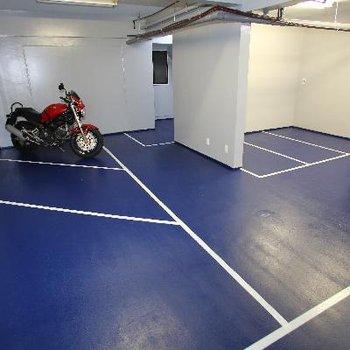 そして広ーいバイクガレージ!!屋内に置けるのはうれしいですね!