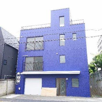 鮮やかなブルーの建物です!