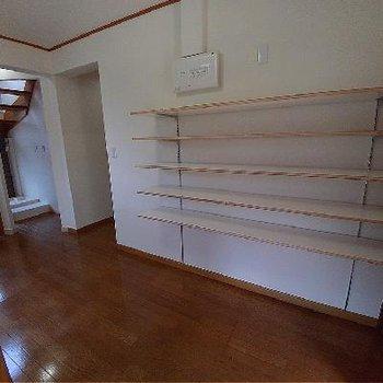 階段そばに壁棚が設置されています♪