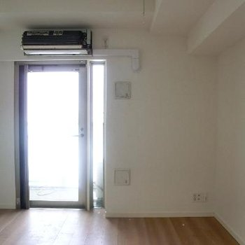バルコニーに繋がるのはこの扉から※エアコンは清掃中です
