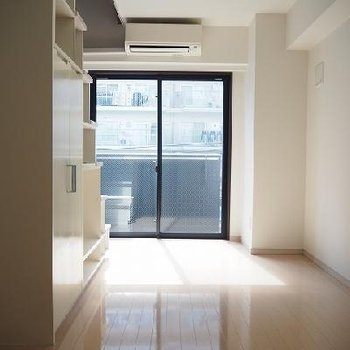 日当たりがいいです!※こちらの写真は別部屋ですが、エアコンの位置以外同じです。