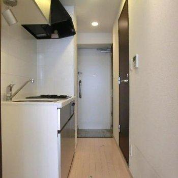 廊下部分です。玄関先に洗濯機置場、靴箱もあります。