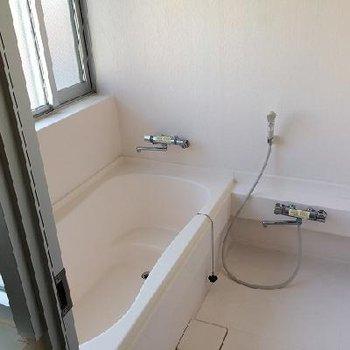 お風呂も広々、窓があるのもいいですよね※写真は別部屋