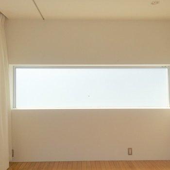 曇りガラスの柔らかい光が心地よいです。※家具は付属のものです
