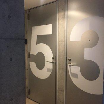部屋番号がバン、と書かれた扉がかっこいいです。