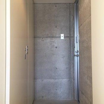 玄関はコンクリートの無骨な雰囲気。居室とのギャップがいいですね。