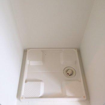入って左手側が洗濯機置場です。