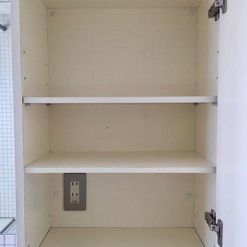 トイレの上部にはコンセント付きの収納があって便利です。