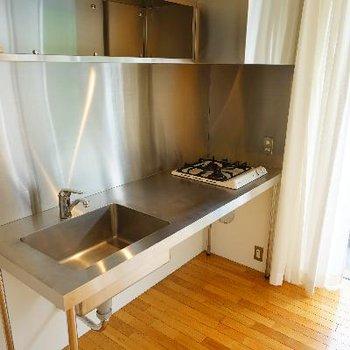 キッチンはステンレスでスタイリッシュ※写真は前回募集時のものです