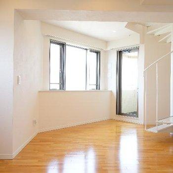 14.7帖の空間は窓が多いのでとても明るいです♪