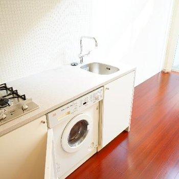 キッチンはゆったりサイズで下に洗濯機が!