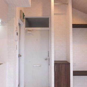 玄関側はこんな感じ。玄関の左側にお風呂があります