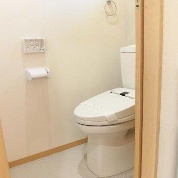 トイレは個室でここの床も違うんです