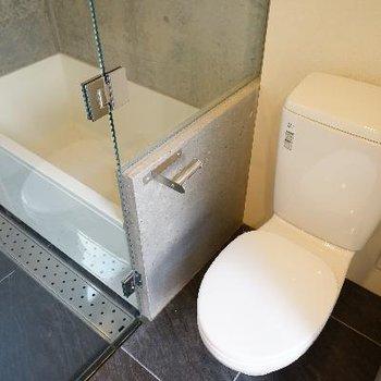 奥にトイレとガラス貼りのお風呂が!