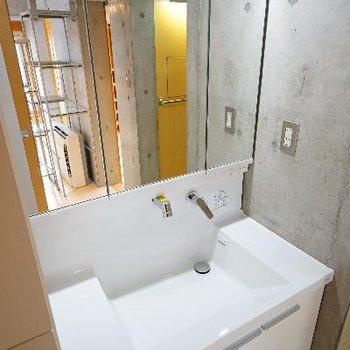 洗面台は収納が多くてゆったり!
